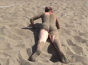 elle joue avec le sable